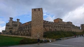 Vista frontal del castillo de Ponferrada
