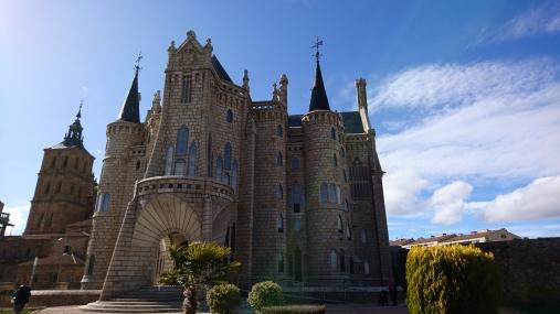 Palacio episcopal, Gaudí